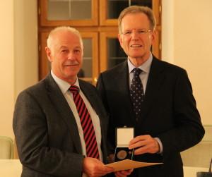 Für meine langjährige Tätigkeit habe ich aus den Händen von Landrat Josef Hauner die Kommunale Verdienstmedaille erhalten. (Foto: Landratsamt Freising)
